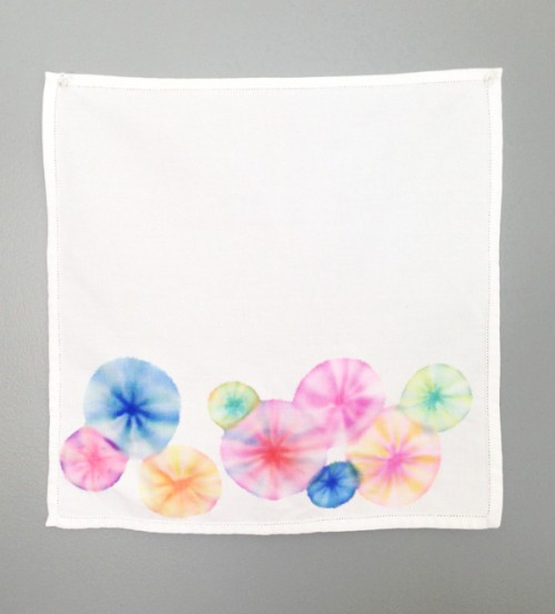 tie dye napkins with markers (via thesweetescape)
