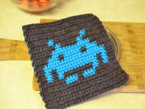 space invader potholder (via popsdemilk)