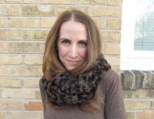 faux fur infinity scarf (via brideblu)
