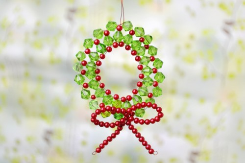 mini beaded wreath (via lc)