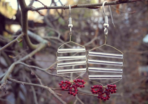 Christmas earrings (via shelterness)