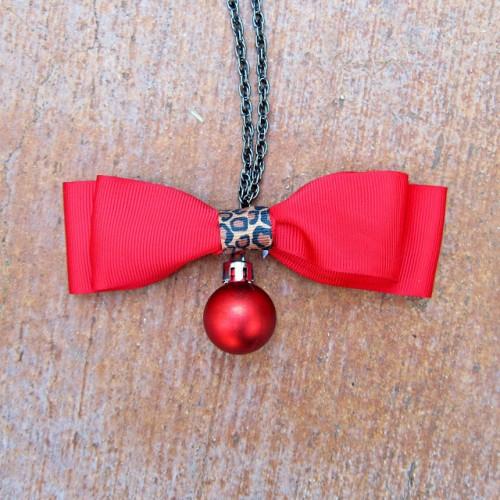 bow tie necklace (via morenascorner)