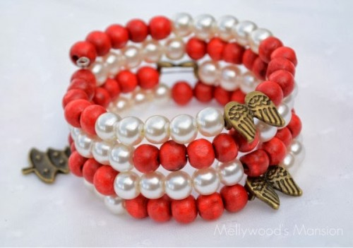 candy cane-inspired bracelet (via mellywoodsmansion)