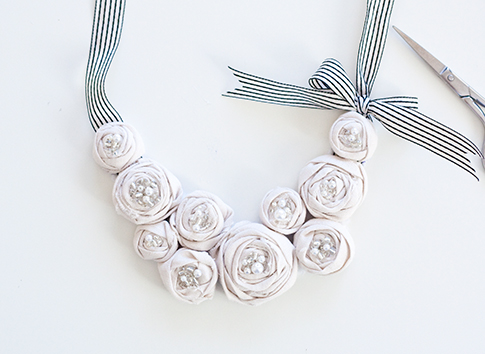 rosette bib necklace (via patternrunway)