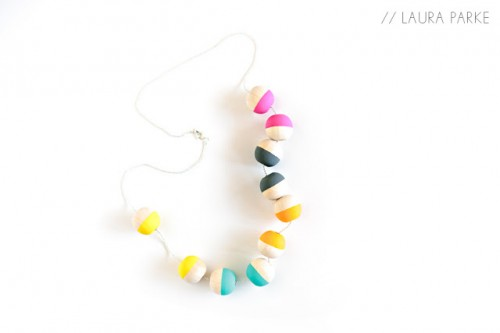 painted wooden bead necklace (via agirlwhomakes)