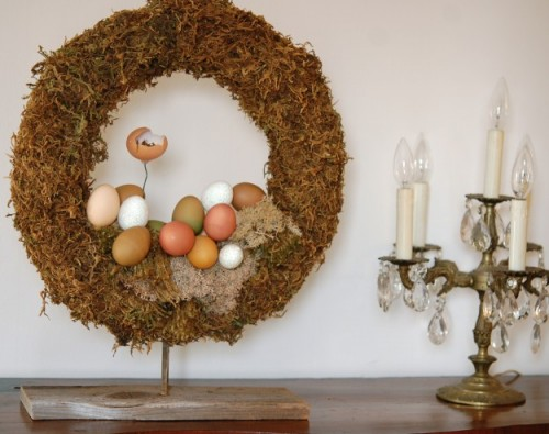 moss and eggs Easter wreath (via theartofdoingstuff)