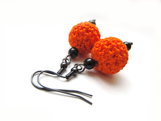Halloween pumpkin earrings (via katrinshine)