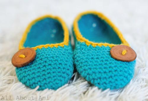 pretty crochet slippers with a button (via allaboutami)