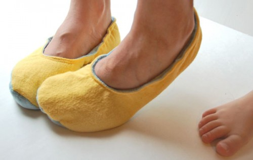 comfy sewn slippers (via compulsivecraftiness)