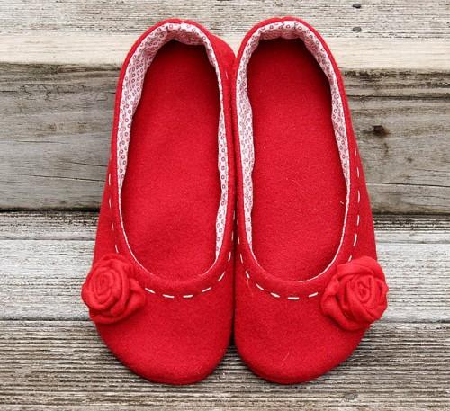 red wool slippers (via hazelnutgirl)