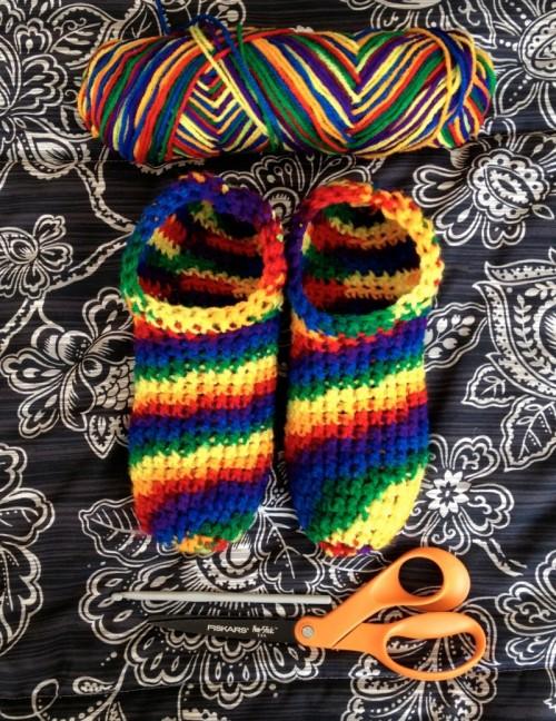 rainbow slippers (via twigsandtea)