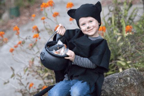 black cat costume (via taradennis)
