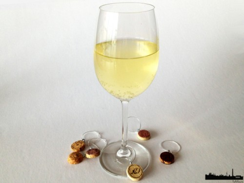 cork wine glass charms (via poorbutsexy)