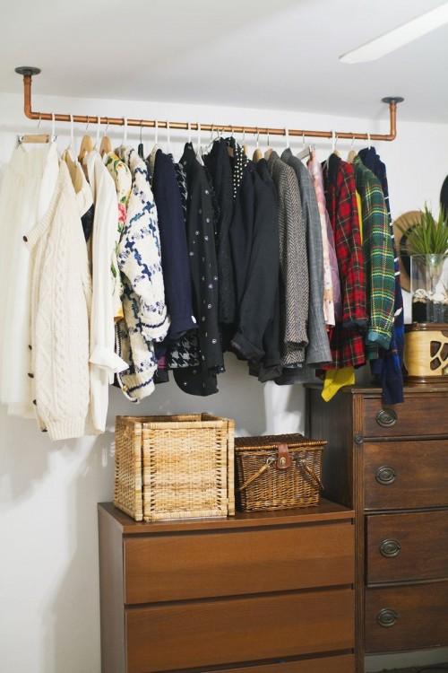 hanging pipe clothing rack (via abeautifulmess)