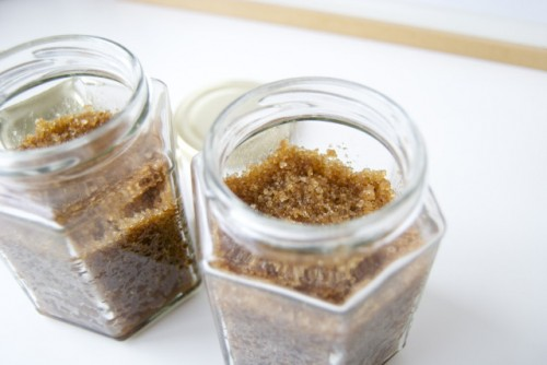 cinnamon and vanilla body scrub (via claireabellemakes)