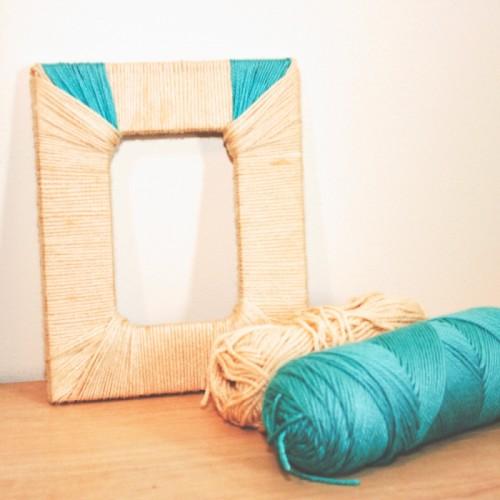 yarn covered photoframe (via shelterness)