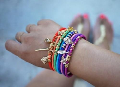 colorful yarn bracelet (via shelterness)