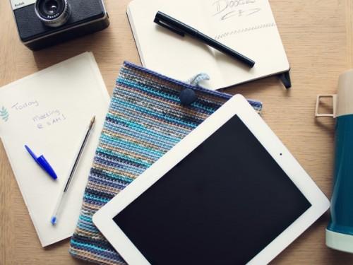 crocheted iPad sleeve (via craft)