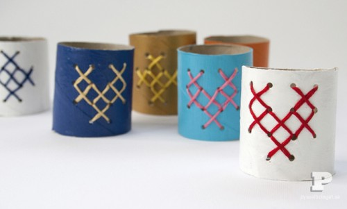 cardboard and yarn napkin rings (via shelterness)