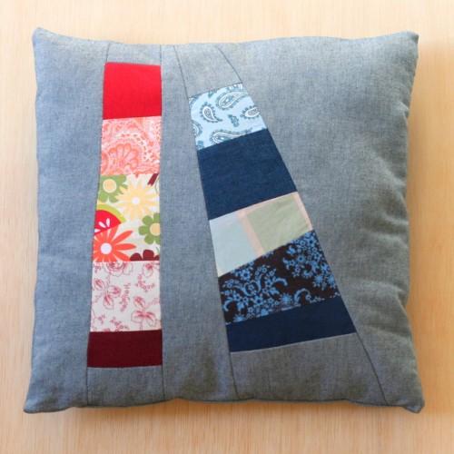 patchwork denim pillow (via lacasadecrafts)