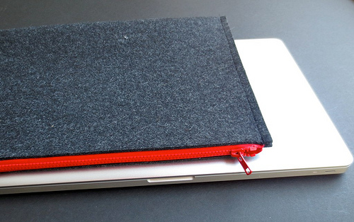felt laptop sleeve (via justcraftyenough)