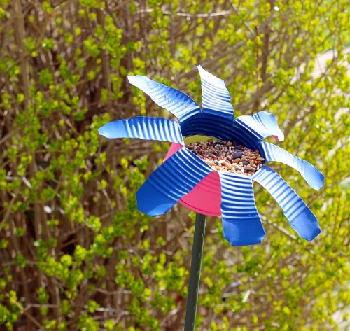 tin can bird feeder (via thinkcrafts)