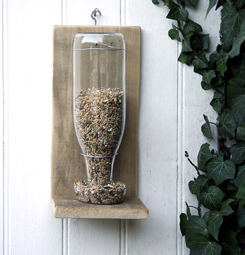 recycled bottle birdfeeder (via shelterness)