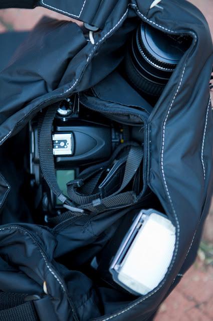 Cheap DIY Camera Bag (via yuliyacallahan)
