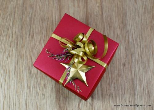 Christmas origami box (via scissorsandspoons)