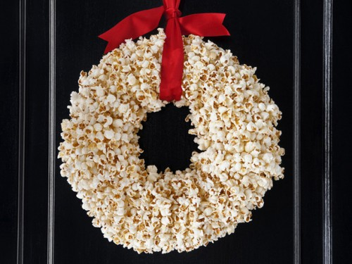 DIY Popcorn Wreath (via foodnetwork)