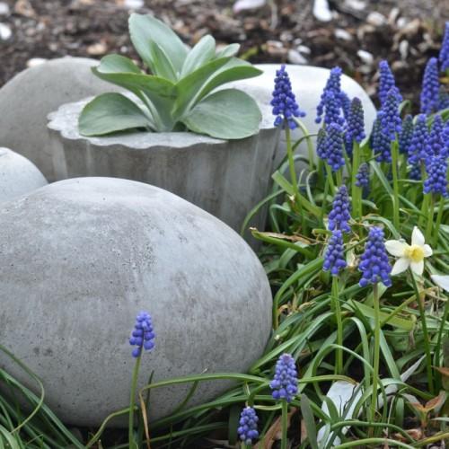 concrete garden orbs (via vraimagazine)
