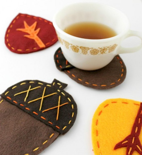felt acorn coasters (via lovarevolutionary)