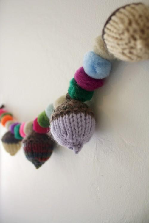 knitted acorns garland (via hellolidy)