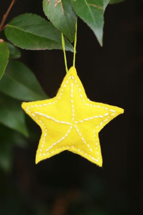 felt stars (via alyssaandcarla)
