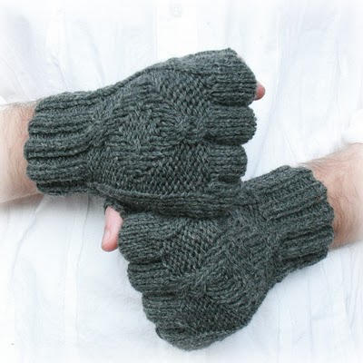 easy patterned knitted gloves (via socksandmittens)