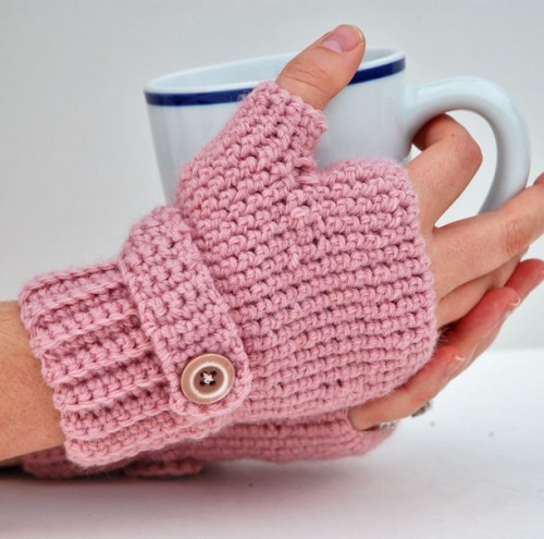 fingerless crocheted gloves (via compulsivecraftiness)