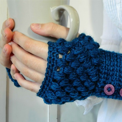 buttoned crocheted gloves (via hopefulhoney)