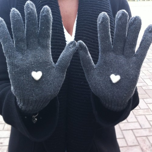heart gloves (via popsiclesandpinatas)