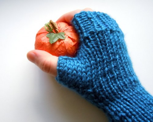 simple knitted blue gloves (via megansbeadeddesigns)