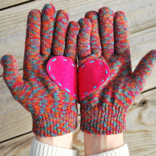 felt heart gloves (via ohsoprettythediaries)