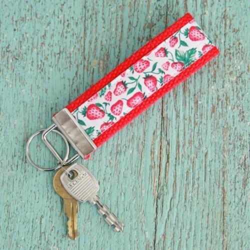 vintage ribbon key chain (via mysocalledcraftylife)