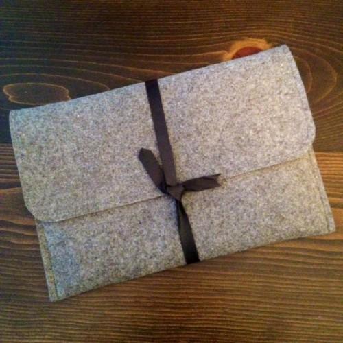 felt leather laptop sleeve (via storefrontlife)