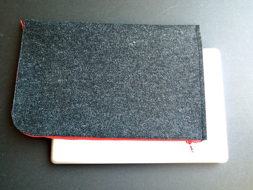 felt and red zipper laptop sleeve (via justcraftyenough)