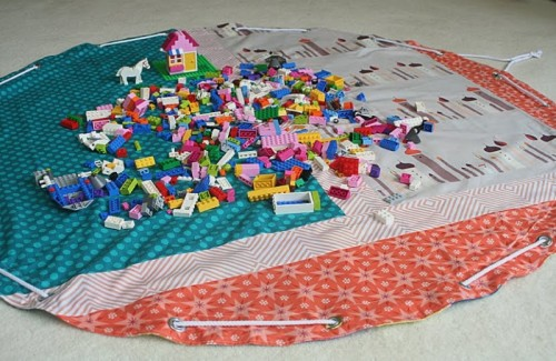 DIY Lego Storage Bag-Playmat (via freshlypieced)