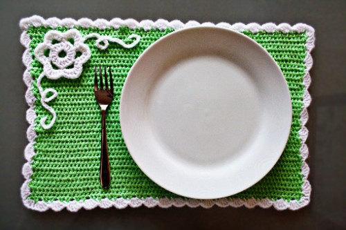 crocheted placemat (via zoomyummy)