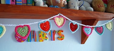 DIY Teeny Tiny Crochet Heart Bunting (via juliacrossland)
