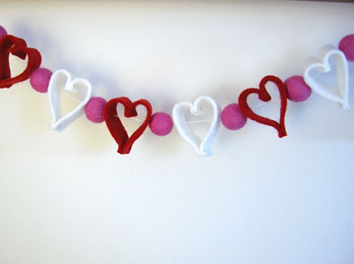 DIY Felt Heart Valentine Garland (via shelterness)
