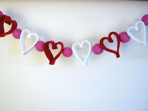 DIY Felt Heart Valentine Garland (via shelterness)