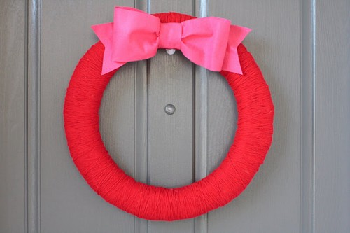 Simple DIY Valentine's Day Wreath (via meohmymama)