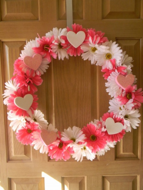 Homemade Pink Valentine Wreath (via simplycraftyblog)